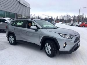 Ensimmäinen täysin uusi RAV4 hybrid luovutettiin uudelle omistajalleen Eskolle perjantaina. Onnea uudesta autosta! 🎉 #toyotarav4hybrid #tammerauto #toyotatammerauto #toyotatampere
